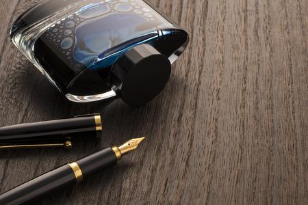 万年筆とインク瓶のテーブルの上 写真素材