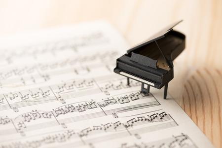 ペーパー ミニチュア ピアノと音楽 写真素材