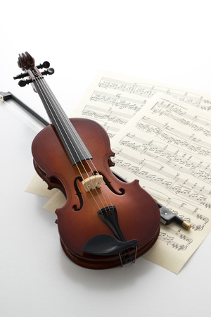 흰색에 작은 장난감 바이올린
