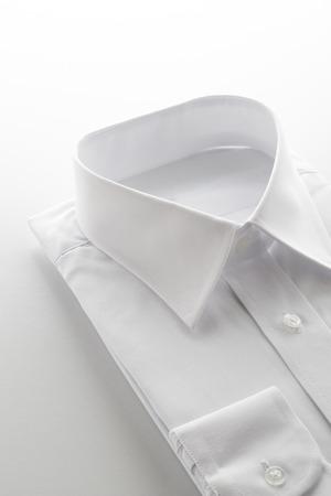 白い背景の上の新しいビジネス シャツ