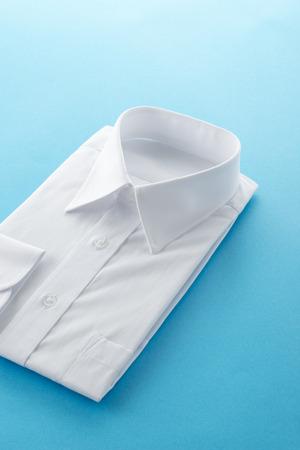 青の背景に新しいビジネス シャツ 写真素材