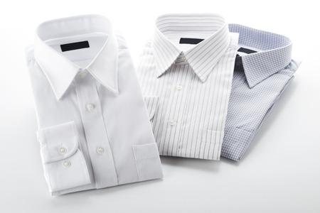 白い背景の上に折り畳まれたシャツ