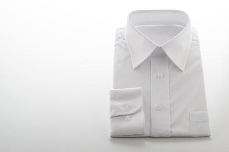 白い背景の上折り返しシャツ
