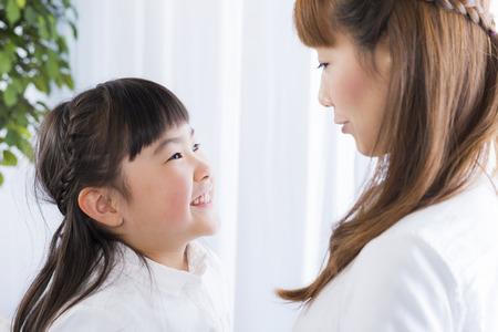mujer hijos: madre y la hija est� hablando