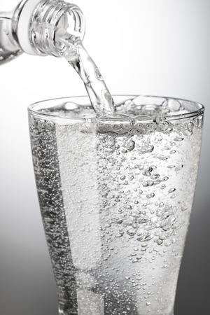 Verser l & # 39 ; eau gazeuse dans un verre Banque d'images - 95046581