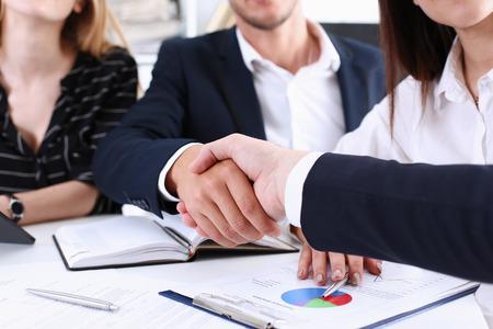 Greup ビジネスの人々 は、ハロー オフィス クローズ アップで手を振る。友人歓迎、はじめに、挨拶やジェスチャー、製品広告、提携承認のおかげで