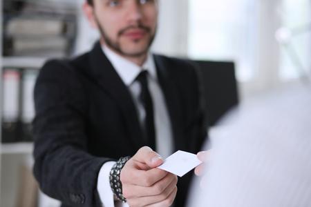 Mâle main en costume donne une carte d'appel vierge à agrandi de visiteur féminin. L'échange de nom de société de cols blancs d'associé, dirigeant ou directeur général présentant à la conférence, consultant de produit, concept d'employé de vente Banque d'images - 89555464