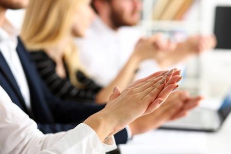 El grupo de personas aplaude su brazo en fila durante el primer del seminario. Buenas noticias, logro breve, trato de ganar, buen trabajo, feliz cumpleaños, fiesta de introducción de empleados, bienvenida positiva, concepto de discurso efectivo