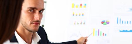 Groep mensen op wit bord probleem in office portret beraadslagen. Grafiek raadplegen, idee participeren, creatief praten, situatie beoordelen, opdrachtdocument uitleggen, trainen, succesvol beslissingsconcept