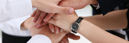 Groep mensen in pakken stak de handen in de stapel voor de win-up. Witte kraagleiderschap, hoog vijf, samenwerkingsinitiatief prestatie, bedrijfsleven stijl, vriendschap deal, hoop, stapel concept Stockfoto