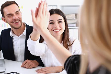 Grupo de pessoas felizes sorridentes alegres comemorar a vitória com os braços para cima. Oferta de mediação, high five, conquista de acordo de amizade, barganha de greve, boas notícias, consentimento amigável, estratégia efetiva bem-sucedida