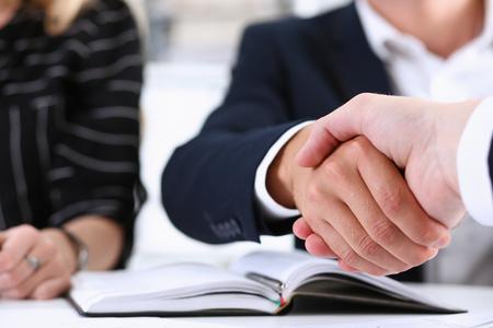 Homme en costume serrer la main comme bonjour en gros plan de bureau. Bienvenue à un ami, offre de médiation, introduction positive, geste de salutation ou de remerciement, approbation de la participation au sommet, motivation, concept de négociation de bras de grève