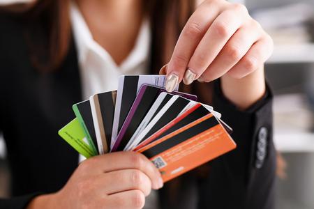 De vrouwelijke bos van de wapengreep van creditcards die één close-up plukken. Handige set van fondsen, budget portemonnee storting, rijkdom en effectieve investeringen, investeren middelen, inkomen winst concept