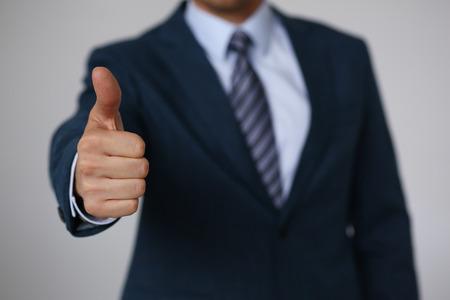 男性手の [ok] を表示または会議クローズ アップ中を親指でサインを確認します。高レベル、高品質の製品、深刻な提供、仲介ソリューション、幸せ