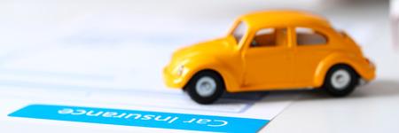 Formulario de seguro acostado en la mesa