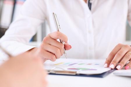Onderneemster die een zilveren pen houdt Stockfoto