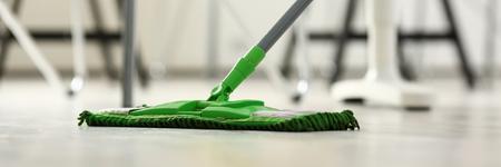 Fregona de plástico verde Foto de archivo - 89360654