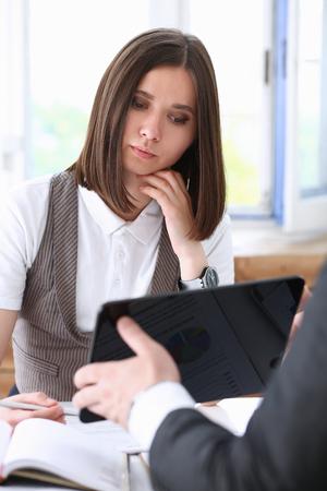 De onderneemster bekijkt tabletpc in bureau