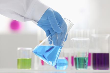 Een mannelijke chemicus houdt reageerbuis glas Stockfoto