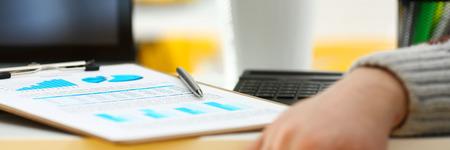 Bolígrafo plateado sobre papel importante de estadísticas recortado para rellenar