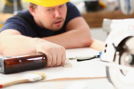 Bras de travailleur ivre au casque jaune Banque d'images - 90516563