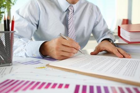 Hand van zakenman in kostuum het vullen en Stockfoto