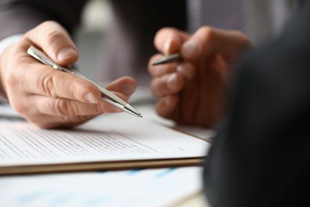 Męskie ramię w garniturze i formularzu wypełnienia krawata obcięte