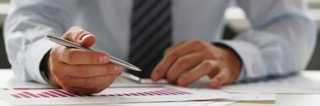 Main d'homme d'affaires en costume remplissant et signant avec Banque d'images