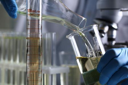 Gelbe Flüssigkeit verschüttete Benzinadditiv innovative Versorgung