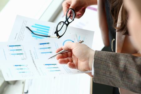 Businessman and businesswoman review graph 版權商用圖片 - 112240945