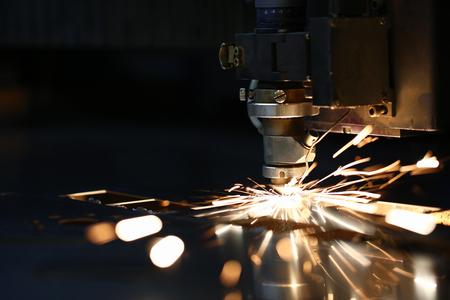 Vonken vliegen uit de machinekop voor metaalbewerking
