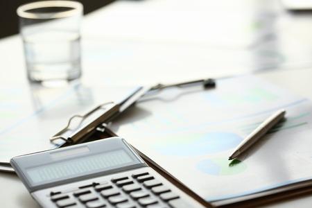 Zilveren rekenmachine met grijs toetsenbord liegt