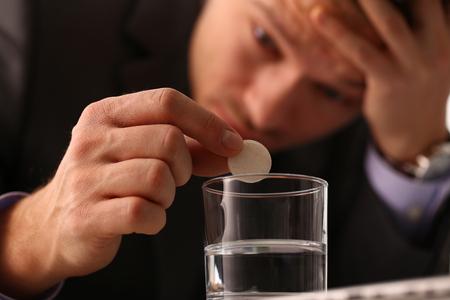 Homme d'affaires mâle adulte tenir la tablette sur
