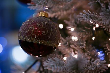 Red ball hanging on the christmas Stockfoto