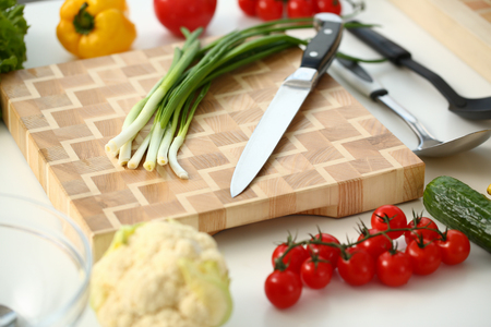 Knife and green onions for salad or fresh Stockfoto
