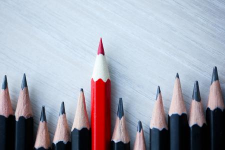 Rood potlood dat zich onderscheidt van de menigte Stockfoto