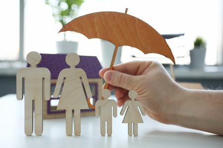 Männlicher Versicherungsagent hält Hände Geste Schild