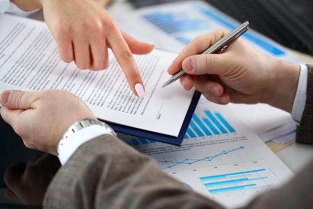 Vrouwelijke arm biedt contractvorm op klembordkussen Stockfoto