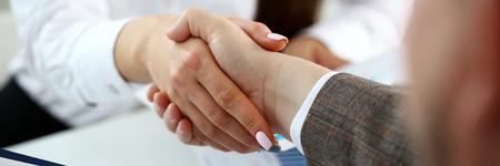 L'uomo in giacca e cravatta dà la mano come ciao in primo piano dell'ufficio. Amico benvenuto mediazione offerta introduzione positiva grazie gesto vertice partecipazione approvazione esecutiva motivazione braccio sciopero maschile affare
