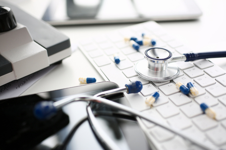 Stethoscope and Pharmaceutical Pill Lying Keyboard Stockfoto
