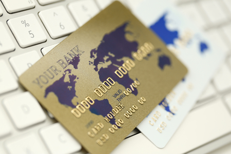 Gold plastic bank card on white keboard Stockfoto