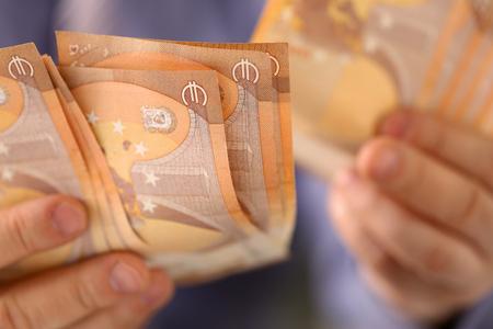 Mann hält Haufen Geld sparen Finanzkonzept Standard-Bild
