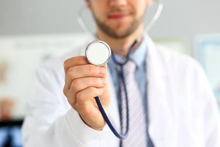 Doc listening to breath Stockfoto