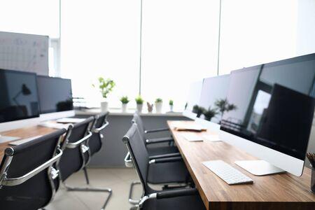Computerklasse, die Informatikhintergrund lernt. Modernes Computerkonzept