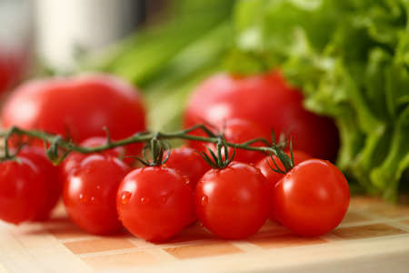 Close up of wood desk with fresh delicious tomatoes with dewdrops Stockfoto