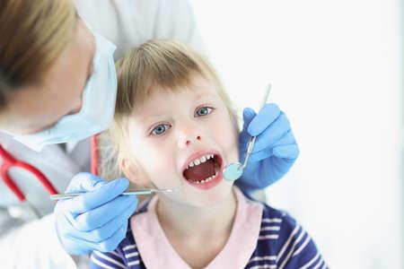 Dentist conducts medical examination of teeth of little girl Reklamní fotografie