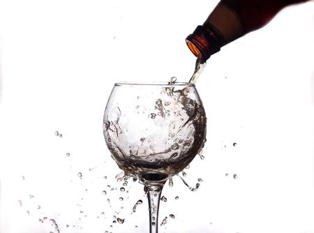 de vloeistof wordt in een glas gegoten en spray