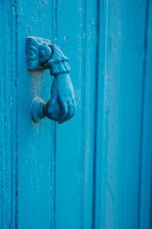 Un vieux heurtoir de porte peint en bleu. Capturé à Chypre.