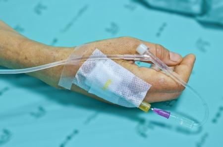 患者の手で IV のソリューションです。手に焦点を当てる 写真素材