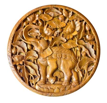 tallado en madera: Elefante en talla de madera de estilo tailand?s en el fondo blanco Foto de archivo